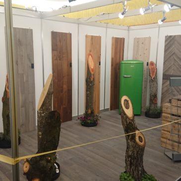 Bereitstellen von Holzstämmen für eine Ausstellung